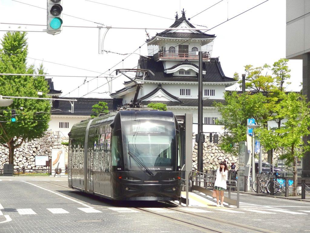 toyama-castle-tram